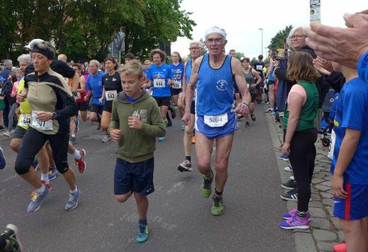 Auch mit 77 Jahren ist Laufsportler Joachim Engelhardt mittendrin.