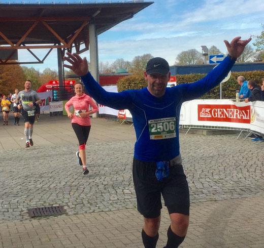 Lars Hildebrandt aus Magdeburg erreicht nach 1:51 Stunden das Halbmarathon-Ziel. Foto: Alpha-Report