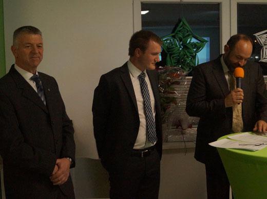 Bernd Ebert, Carsten Birkholz und Thomas Staudt (von links) vom Vorstand des Elbdeichmarathonvereins bei der feierlichen Einweihung des Vereinsheims in Tangermünde. Foto: Alpha-Report