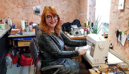 Martina Müller-Lorenz an der Nähmaschine in ihrer Biederitzer Schneiderwerkstatt. Foto: Alpha-Report