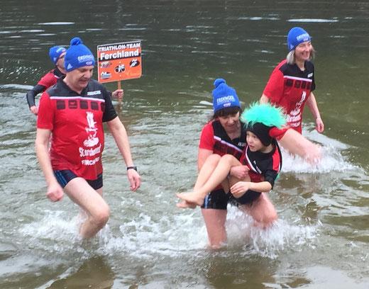 Triathletin Angela Seipelt trägt den sechsjährigen Collin Möhring aus dem Wasser. Foto: Alpha-Report
