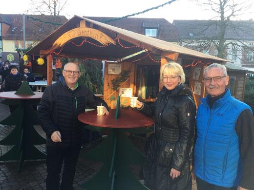 Pro-Genthin-Vorsitzender Reinhard Templin (links) gehörte mit Heike Wustrau und Joachim Fabian zu den Mitgliedern, die beim Genthiner Weihnachtsmarkt für Jugendprojekte Glühwein ausschenkten. Foto:  Alpha-Report