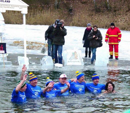 In der über 30-jährigen Historie des Ferchländer Winterschwimmens gab es Veranstaltungen mit dicken Eisschichten im Feuerlöschteich.
