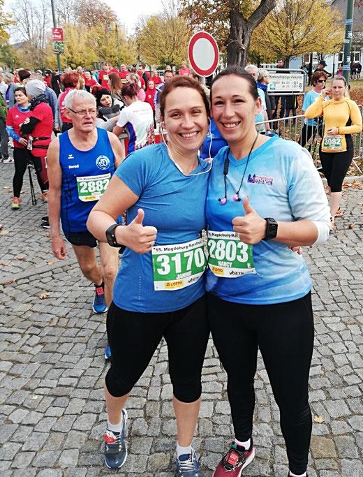Sie haben in Magdeburg ihren ersten Halbmarathon gemeistert: Janine Wuwer (links) und Nancy Osinsky.