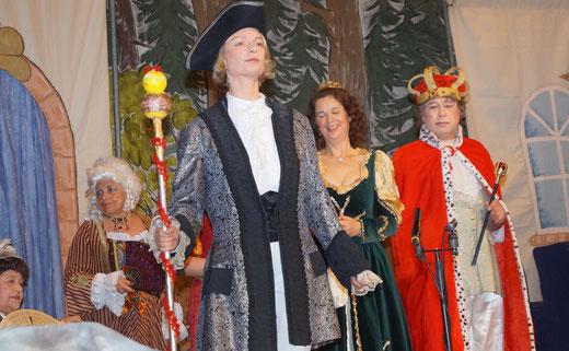 Hofmarschall Kathleen Lemke stellt sich schützend vor König (Frank Zelmanski) und Königin (Elke Lilie). Im Hintegrund Lisa Wolf und Rita Wagner. Foto: Alpha-Report