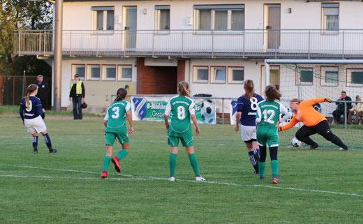 TuS Viktoria Großenenglis B-Mädchen: Jasmin Rustemeier erzielte das zwischenzeitliche 3:0 per Strafstoß.