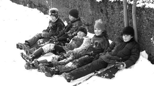 Auch die heutige Dorfjugend findet Spaß am Schnee, wenn er denn mal da ist (Dez. 2010)