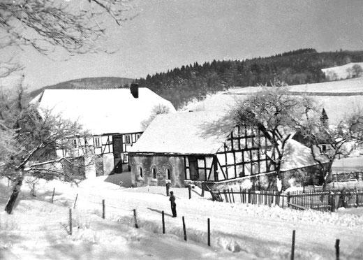 Adämmers Hof in Hengsbeck, links das Wohnhaus, rechts das Stallgebäude. Im Hintergrund die Dorfkapelle St. Margaretha aus dem 17. Jahrhundert