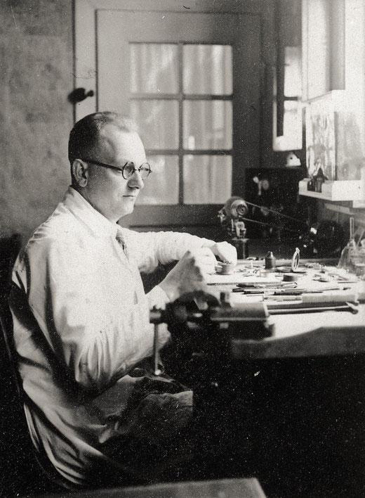 Der junge Josef Weber in seiner Uhrmacher-Werkstatt
