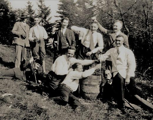 Geselligkeit beim Faßanstich 1931/32. Mit dabei Franz Keite (links) u. Josef Weber (rechts)