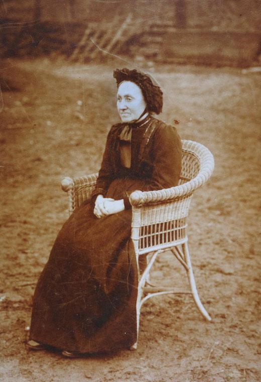 Bernhardine Eickhoff auf dem Schultenhof in Sallinghausen