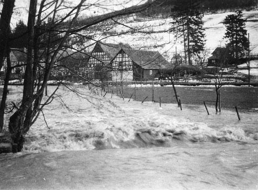 Hochwasser in Sallinghausen um 1940: Im Vordergrund Nurks (Feldmanns) Schlacht