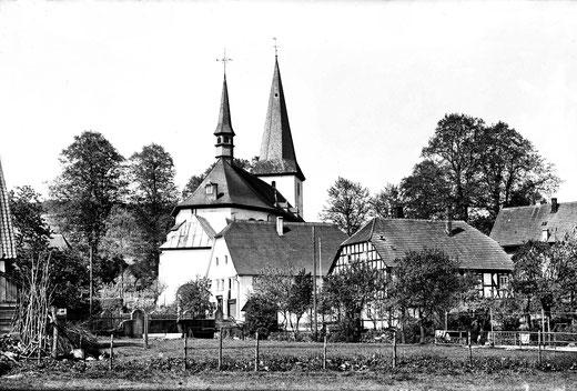 """Pfarrkirche St.Peter und Paul in Eslohe, im Vordergrund das """"Papehaus"""""""