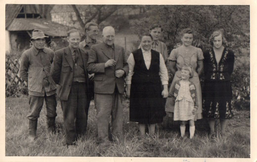 """Bezeichnend für einen gelebten Familienanschluss:  Familienfoto mit den Bediensteten auf dem Hof Heymer, links Onkel Hannes, der als """"Tippelbruder"""" aus Düsseldorf hier als Landarbeiter gestrandet war."""