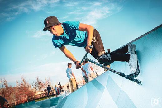 Cette photo prise par un photographe de sport sur Montauban représente un pratiquant de trottinette.