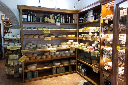 Eines der vielen Käsegeschäfte in Pienza: Pecorino in allen Varianten