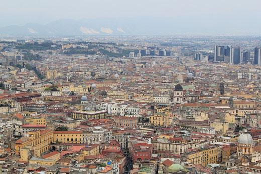 Ein Blick von oben auf die Millionenstadt Neapel