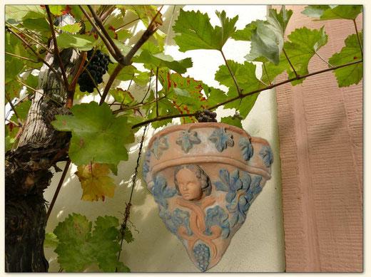 mindestens 100 Jahre alte Terrakotta-Wandkonsole aus Schönborn bei Doberlug-Kirchhain (Lausitzer Weinfreunde)