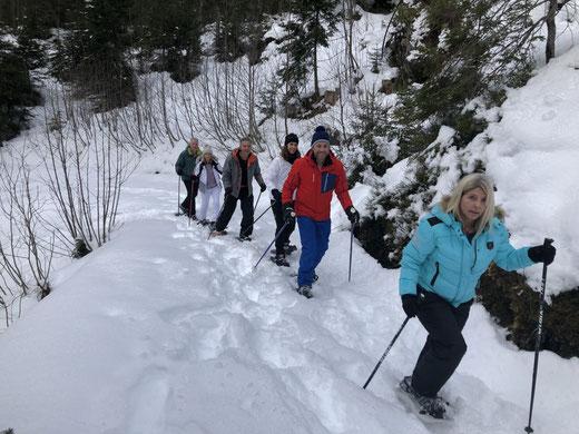 Mit Schneeschuhen auf dem Säumerpfad unterwegs