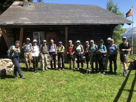 Die Senioren Tourenleiter/innen des SAC Sektion Uto Zürich vor der Stelihütte