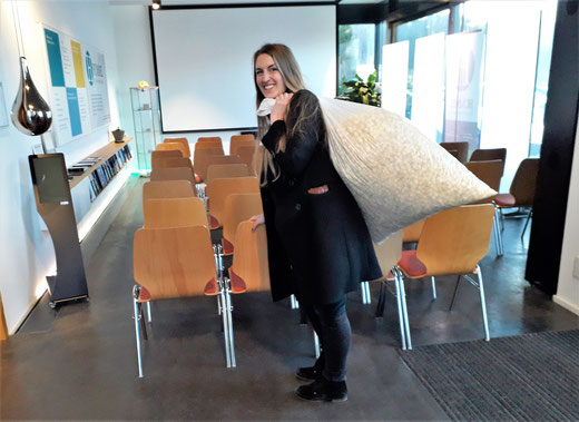 Hummel Systemhaus, Frickenhausen: Mona Amthor bringt Popcorn fürs Kino.