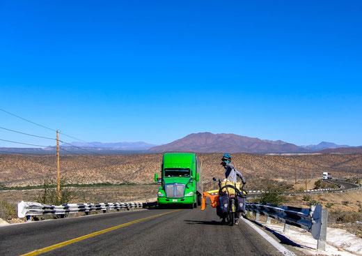 vélo et camion venant de face