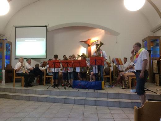 Posaunenchorleiter Björn Sandrock (rechts) präsentiert beim Benefizkonzert auch die Jungbläser.