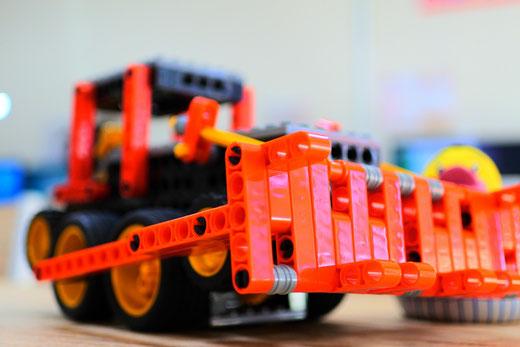 ロボット教室スタディPCネット大分高城校 今月のプライマリーコース課題ロボットは「ロボドーザー」