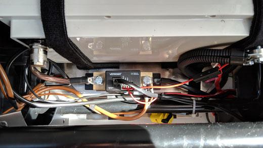 Votronic Messshunt vom Batteriecomputer vor einer LiFePO4 Batterie
