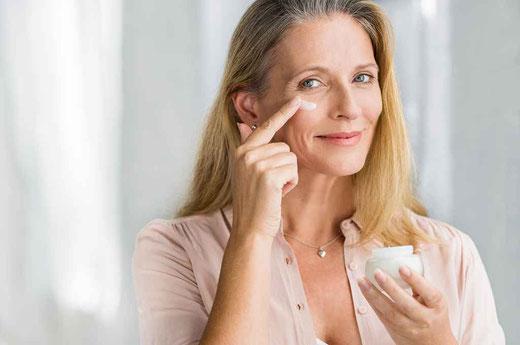 Eine schöne Frau verwendet eine Argireline Creme