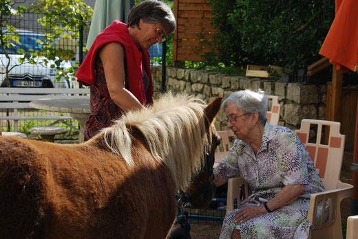Un moment de bien-être et de réconfort pour les personnes âgées.