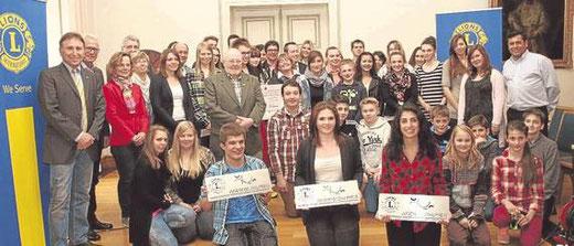 Sieben Projekte wurden vom Lions Club Arnsberg Sundern mit dem Jugendsozialpreis ausgezeichnet. Realschüler hinten rechts neben der Tür (Foto: Gaby Decker)