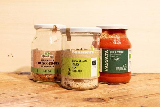 Instant-Couscous- und -Reisgerichte sowie passierte Tomaten in Pfandgläsern