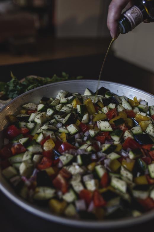Die Basis für ein perfektes Ratatouille - Aromatisches Gemüse, mediterrane Kräuter, feines Olivenöl...