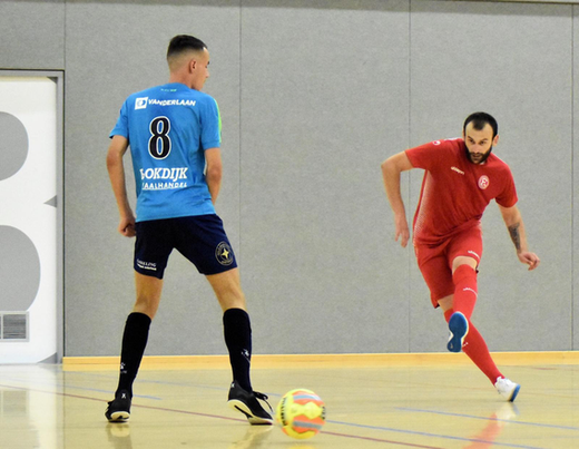 © Ferry Hoks: v.l.n.r. David Albert (ZVV Hovocubo), Risto Malic (F95 Futsal)