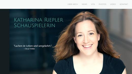 Schauspielerin, Österreicherin, Salzburgerin, Homepage, Startseite, Landingpage, Oscar Wilde Zitat, Lachen, Glückliches Gesicht