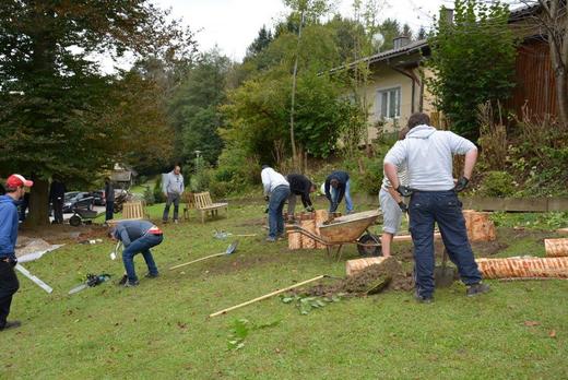Die Teams von NETCONOMY beim Bau des Spielplatzes am Gelände von B3-Netzwerk in Krumpendorf
