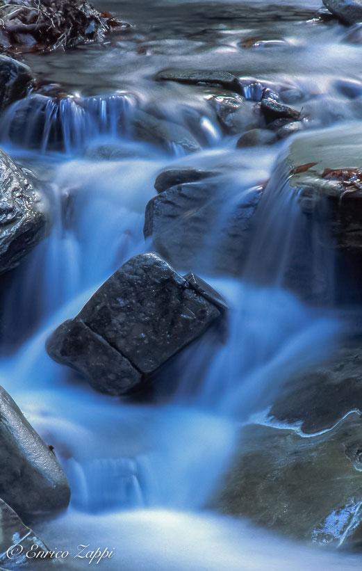 """L'armonia dell'acqua di un ruscello in una delle più belle ed interessanti """"Cattedrali"""" della Natura: Sasso Fratino."""