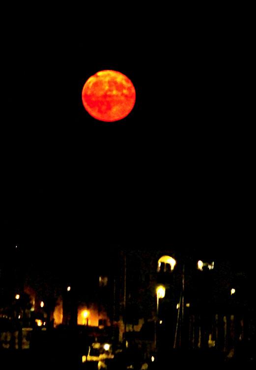 29. Juli 2018 - Der Mond, der sich verspätet hat. Eine Nacht zuvor: ein roter Mond wurde uns versprochen. Doch ein weiss-strahlender Mond stand am Himmel. In der nächsten Nacht war endlich da!