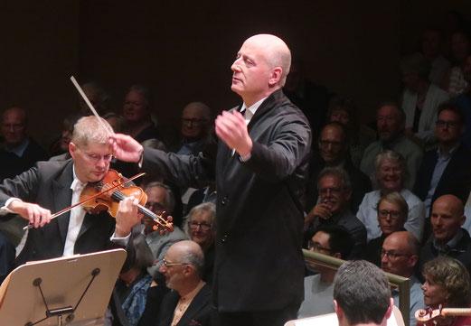 13. Oktober 2018 - Seid umschlungen! Paavo Järvi, neuer Chefdirigent und Musik-Direktor der Zürcher Tonhalle vor seinem Orchester und Publikum.