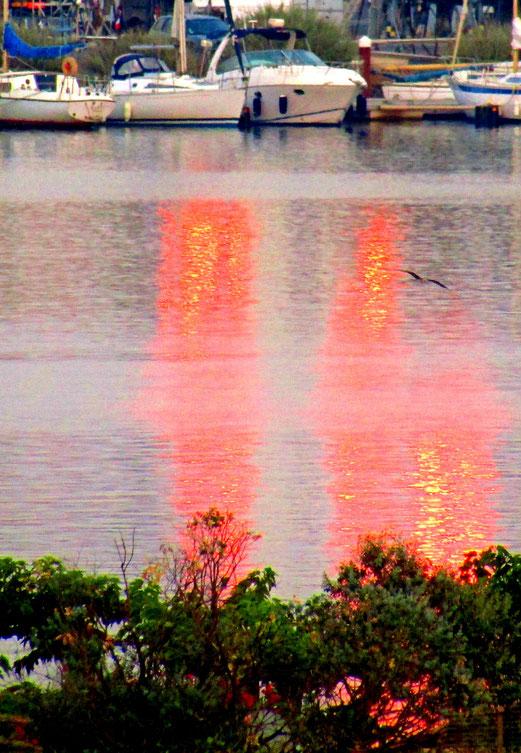 30. Juli 2018 - Sonnenuntergang im Hafen (wo die Schiffe bald schlafen).