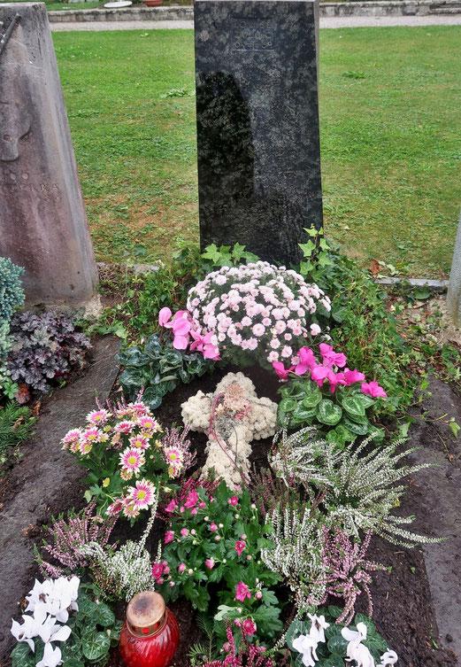 """12. Oktober 2018 - Vergänglichkeit. Das Grab meiner Mutter, nach 29 Jahren wird es nun """"geräumt""""."""