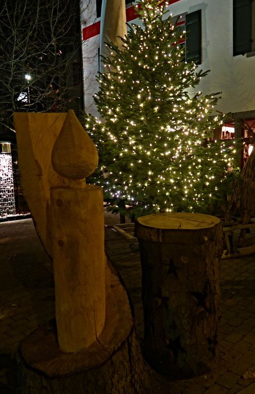 24. November 2018 - Eine Woche vor Advent. Die ersten Tannenbäume strahlen (und werben)