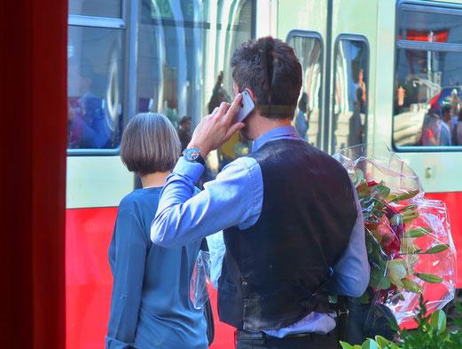 27. August 2017 - Der moderne Mensch: den Blumenstrauss in der Rechten, das Handy in der Linken
