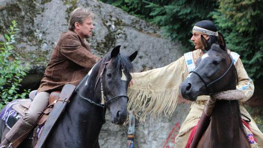 Helmut Urban im Kostüm Old Shatterhands (links) und Matthias M. alias Winnetou reiten wieder. Foto: Elisa-Madeleine Glöckner