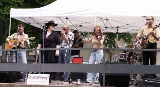 Two female singers - Jean-Marc, Jess, Jyem, Juan, Cornelia, Serge & Manuel
