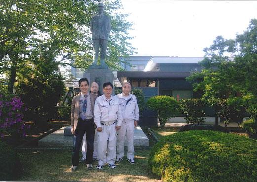 梅沢翁の銅像の前にて日本青少年更生社一同