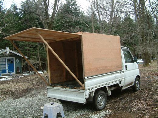 軽トラに自作の寝泊りできる箱をセッティング