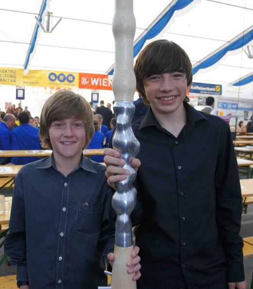 Jonathan Lechner und Stephan Schmid – die jüngsten Mitglieder im SBO Retz – mit dem Windstab
