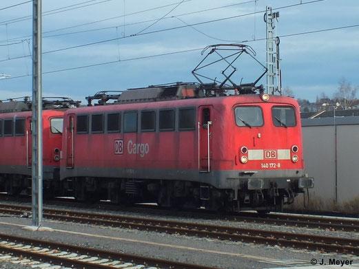 Am 9. Januar 2014 überführt 140 172-8 drei Schwestermaschinen von Chemnitz nach Nürnberg. Sie sollen dort reaktiviert werden. Hier steht der Lokzug kurz vor der Ausfahrt in Chemnitz Hbf.